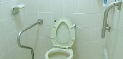 廁所內設有扶手