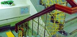 樓梯設有防護網及止滑設備