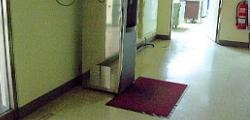 飲水機前鋪有吸水墊