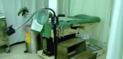 診察台提供腳凳以利就診民眾上下