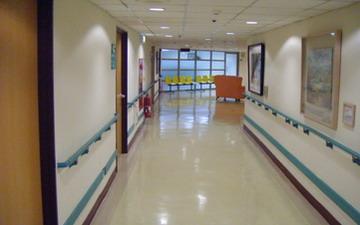 充滿藝術氣息的病房走廊