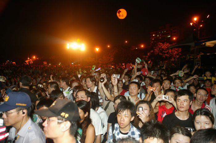 (另開視窗)2006大稻埕煙火音樂節,空拍熱情民眾