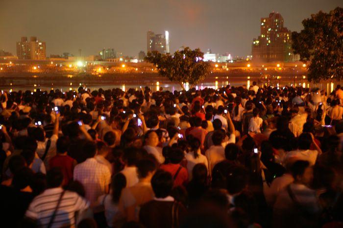 (另開視窗)2006大稻埕煙火音樂節,等待煙放施放的民眾