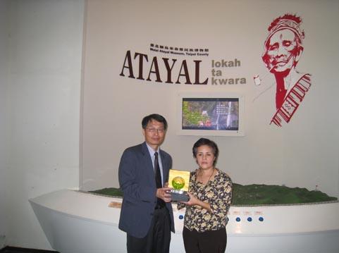 本區程副區長國文致贈水晶琉璃予烏來泰雅博物館