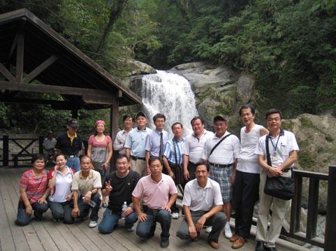 本所參訪團於內洞國家森林遊樂區的上層瀑布合影