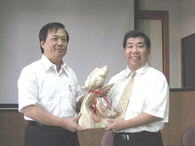 葉副局代表本所贈予頭份鎮公所木雕鯉魚乙座