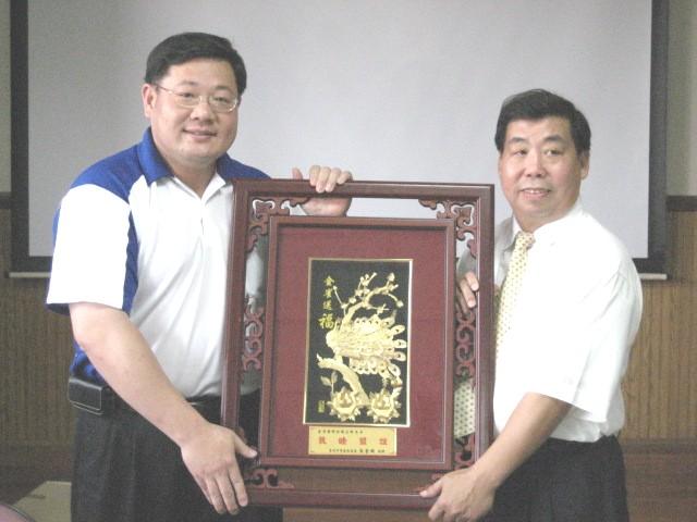 張區長代表本所贈予頭份鎮公所金鉑畫乙幅