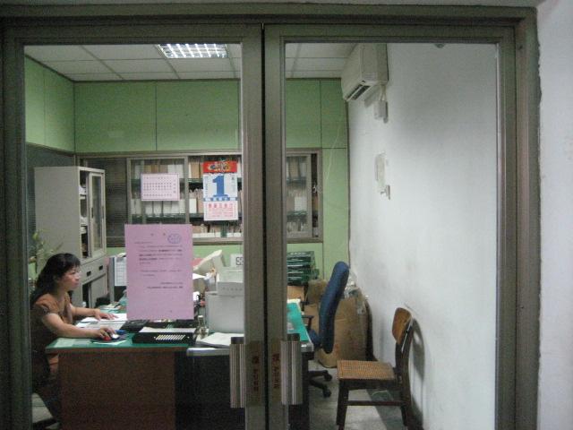 鎮公所檔案室裝設獨立空調,透明玻璃門