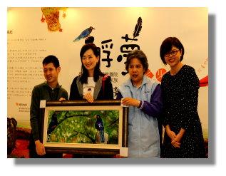 本院美術社致贈院生畫作給愛馬仕代表。