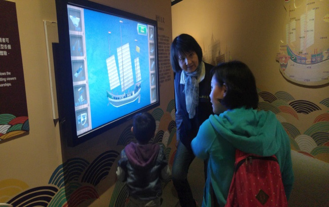 Through interactive laser detection, visitors can partially dismantle and reassemble the 3D ship model.