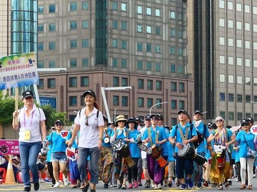 新移民非洲鼓隊遊街情形