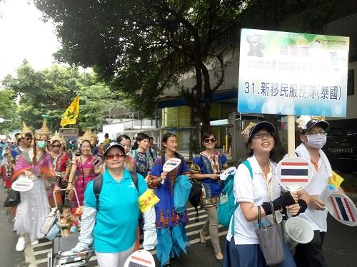 新移民泰國隊盛裝打扮遊街