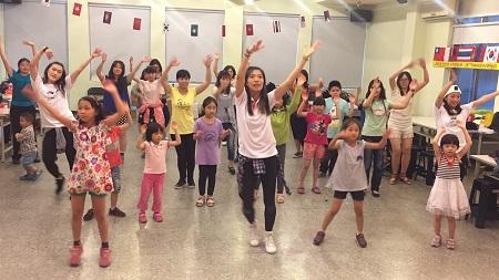 大家賣力跟著老師舞動身體學習世大運主題曲1