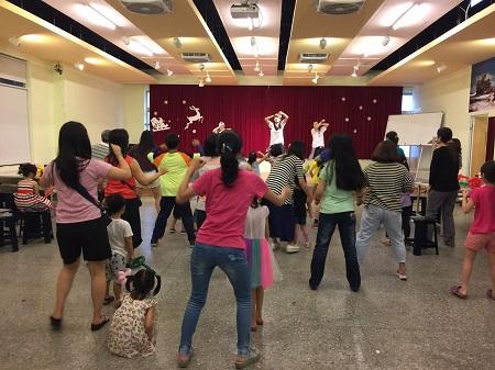 大家賣力跟著老師舞動身體學習世大運主題曲2