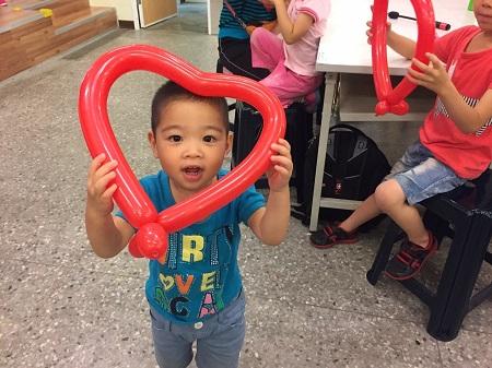 小朋友開心與愛心氣球合照