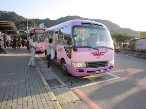 Providing shuttle bus service when the Maokong Gondola is temporarily suspended.