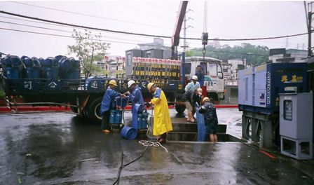 The Flood Prevention and Eemergency Response Crew Setting up a Water-pumping Machine on the Dakong Stream during a Typhoon.