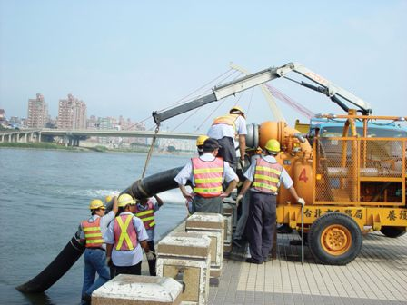 A Mobile Water-pumping Machine on the Keelung River during a Drill.