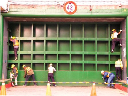After Residents are Informed to Evacuate Their Vehicles, the Evacuation Gate is Closed during a Typhoon.