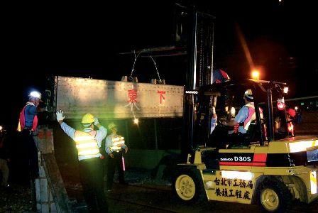 Flood Prevention Personnel Busy Lowering Valve Blocks on the Railway Bridge over Dakong Stream.