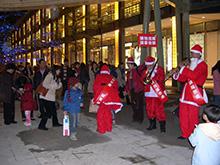 照片-裝扮成聖誕老人吸引民眾目光,另開視窗