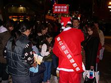 照片-聖誕老公公發送糖果,另開視窗