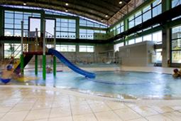 兒童戲水池內設溜滑梯