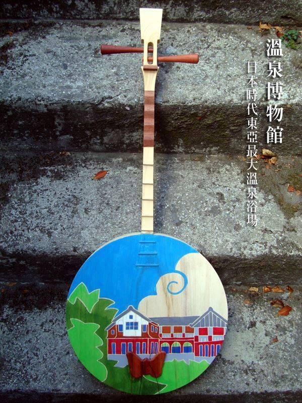 楊燁將溫博館建築彩繪於月琴上