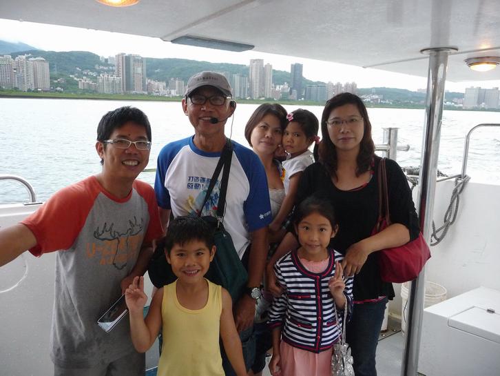 藍色公路微旅行遊客與導覽老師合影