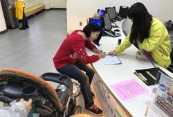 遊客可憑身分證明文件至園區1樓遊客服務中心填寫申請表辦理借用娃娃車/輪椅事宜。