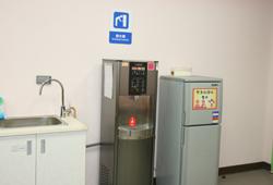 園區各樓層均配置冰溫水飲水機,熱水請至遊客服務中心、哺集乳室或救護站裝取。