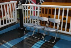 遊樂設施排隊專屬座椅照片