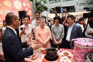 產業發展局林崇傑局長(右6)與嚴選餐廳主廚及代表菜色合影