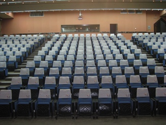 從台下往上仰視,有可容納許多觀眾的座位