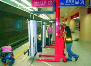 Installation of platform doors.