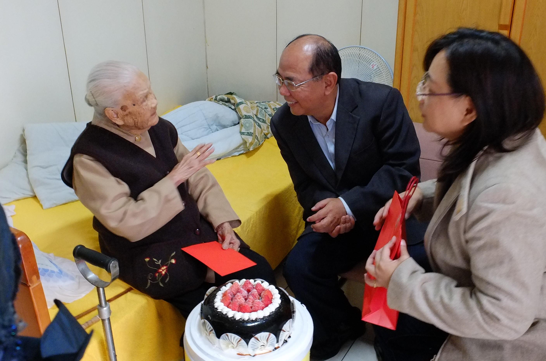 陳奶奶開心地跟大家聊天