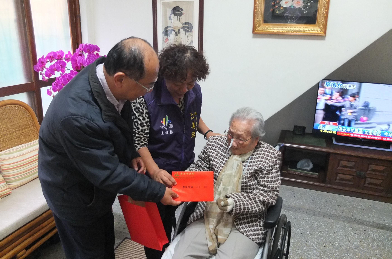 江區長代表市長致贈生日卡及賀禮