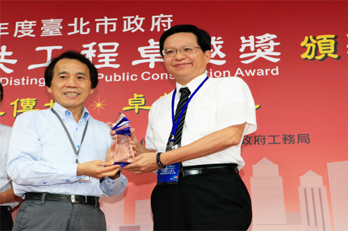 榮獲104年度水利工程類公共工程卓越獎范總隊長煥英代表受獎圖片