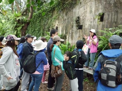 圖片說明:志工老師於蕨園導覽解說水資源保育與自然環境的關係