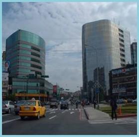 內湖區第四期重劃後,主要道路寬敞,商業大樓聳立