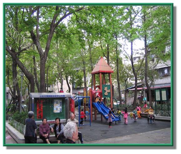 鄰里公園提供民眾嗑牙好處所