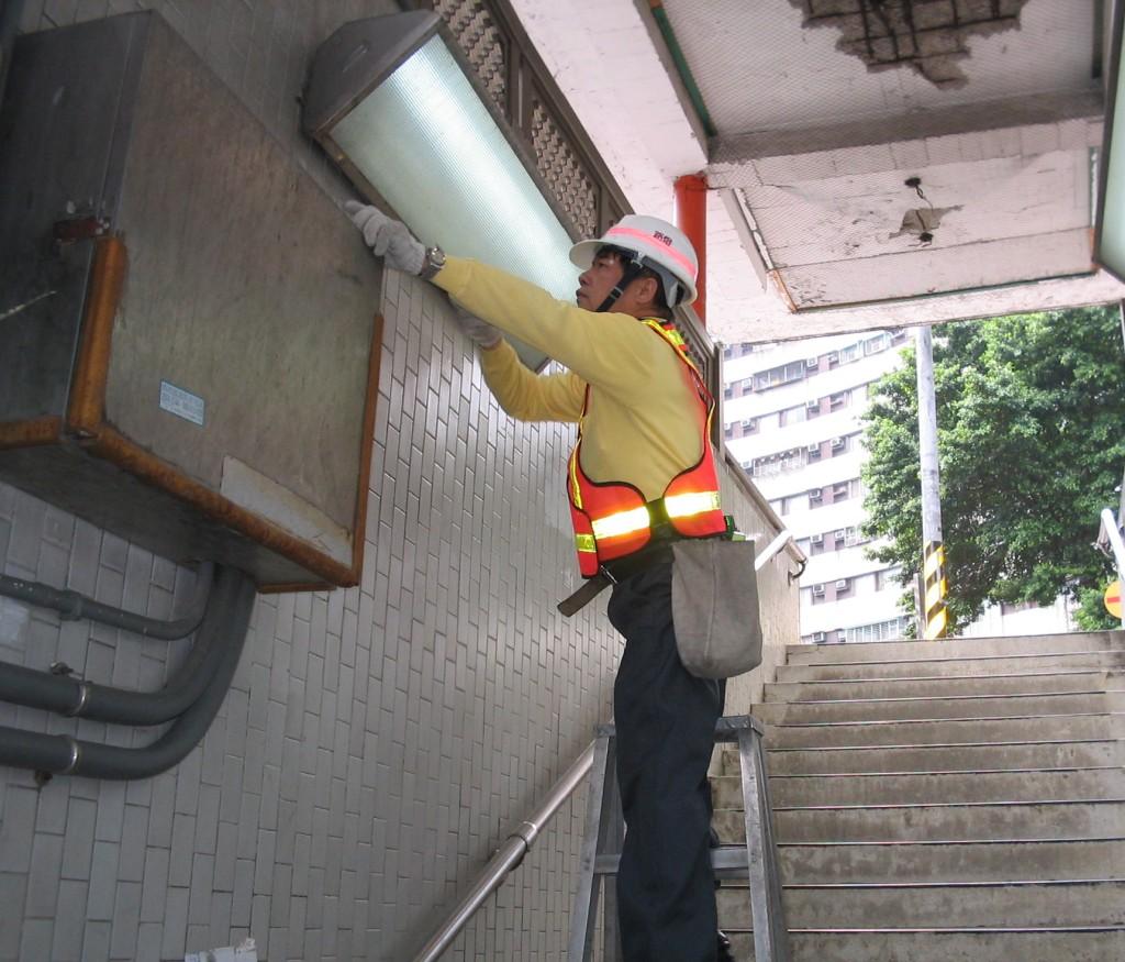 管理員檢修路燈