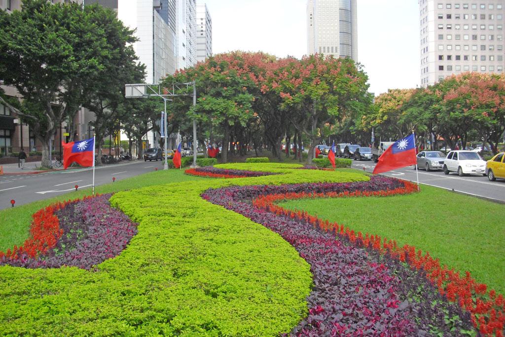 敦化南路基隆路口以流線圖型之灌木及草花創造多層次色塊及活潑律動感