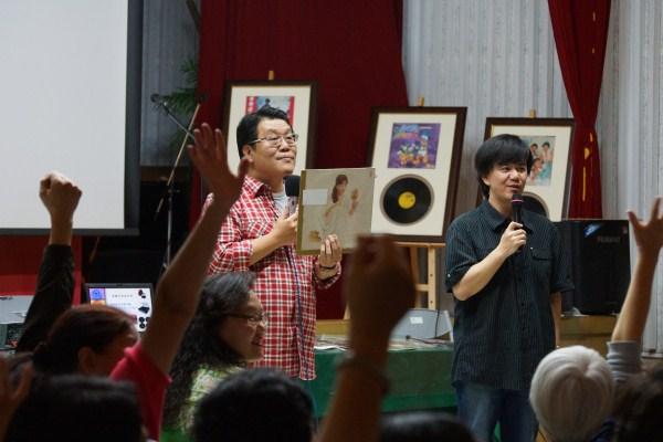 主持人秦浩與小蔡和現場聽友一起聽黑膠猜老歌