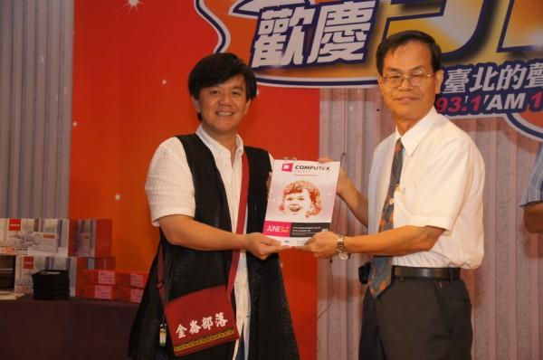 兒育中心洪主任頒獎給臺慶抽獎得獎者(1)