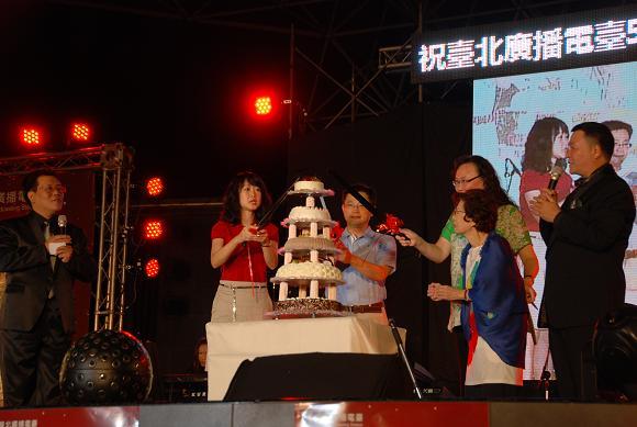 (另開視窗)切生日蛋糕1