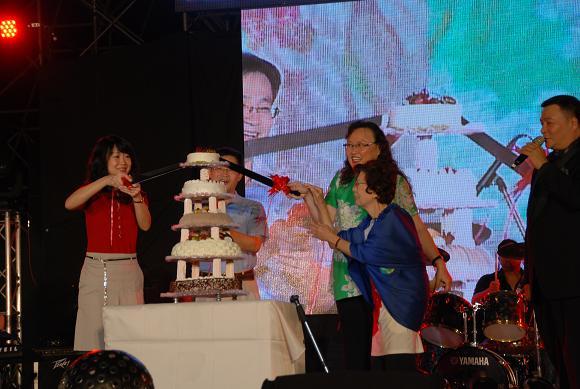 (另開視窗)切生日蛋糕2