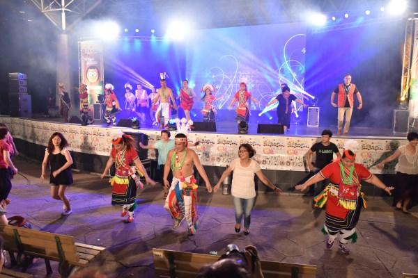 新北市原住民族馬太鞍青年協會於活動尾聲邀請全場觀眾一同共舞