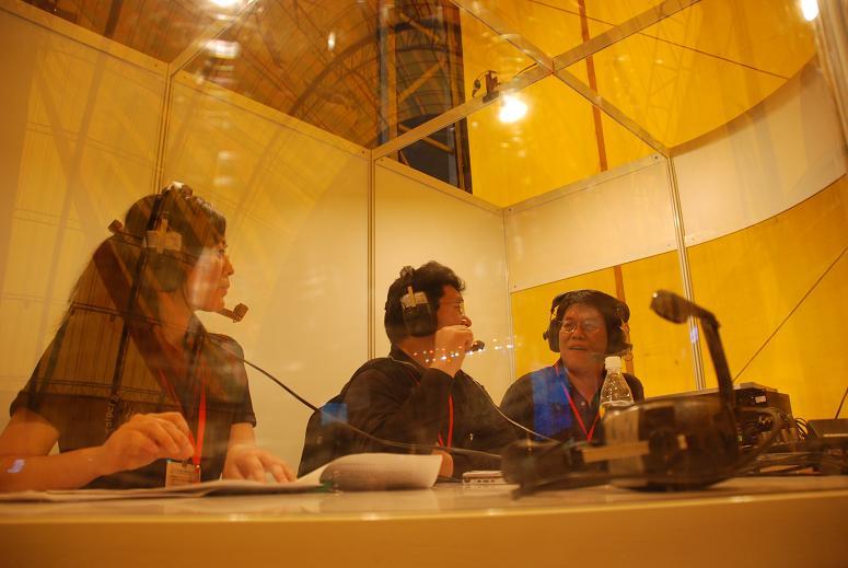 (另開視窗)本臺記者於花博閉幕晚會於行動播音室連線報導現場實況3