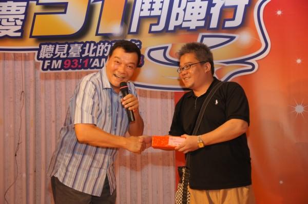 李明德代表頒發臺慶抽獎獎品